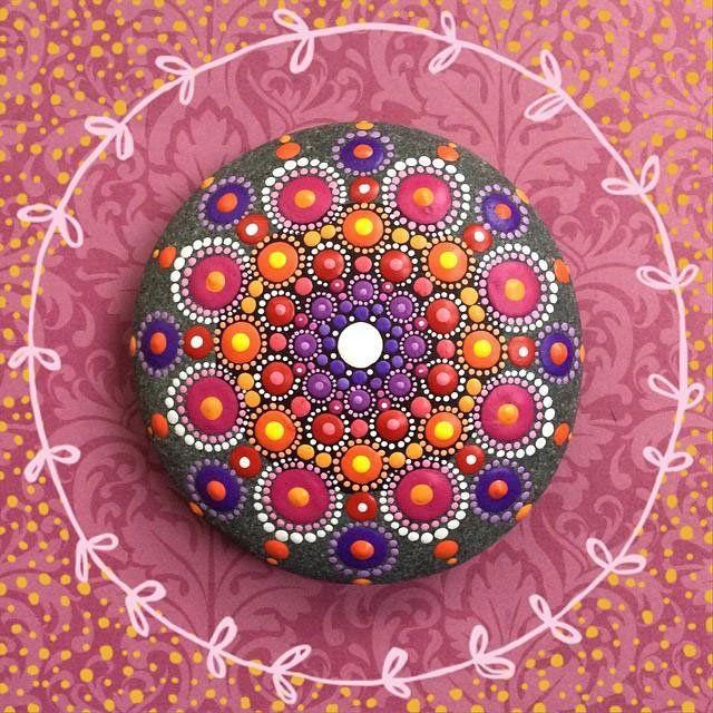 Hipnotizantes y coloridas mandalas hechas en rocas 4
