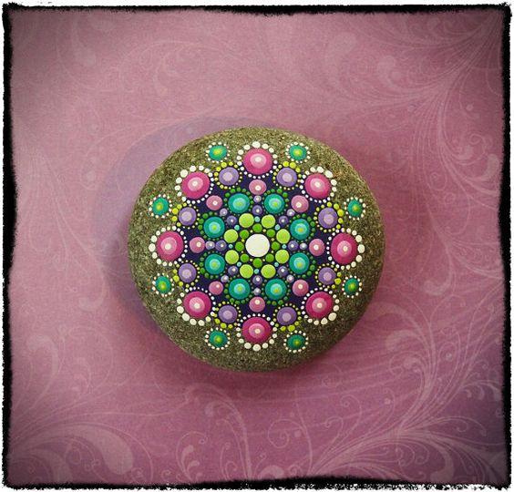 Hipnotizantes y coloridas mandalas hechas en rocas  5