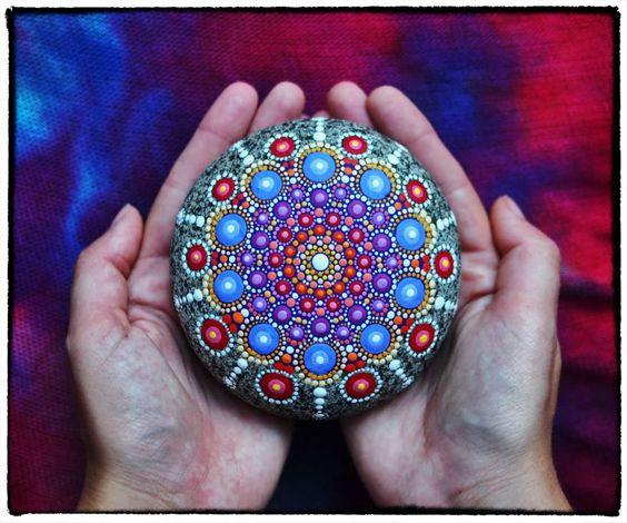 Hipnotizantes y coloridas mandalas hechas en rocas 6