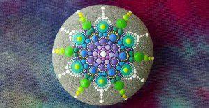Hipnotizantes y coloridas mandalas hechas en rocas