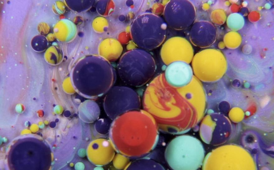 coloridas y surrelistas obras hechas de leche, pintura y aceite