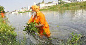 Hombre limpió todo un río con sus propias manos