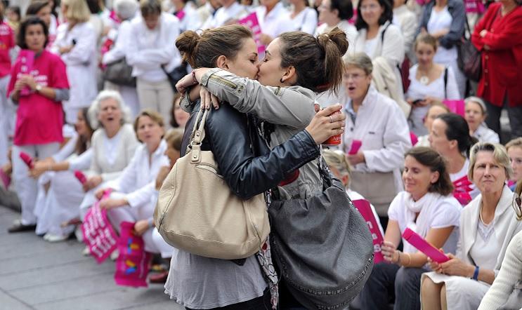 Con un beso, estudiantes protestan contra manifestación de neonazis 4