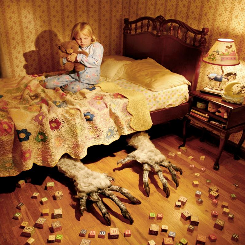 Este fotógrafo convirtió a sus hijas en protagonistas de películas de terror 01