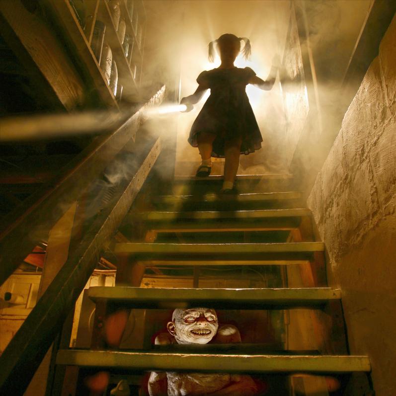 Este fotógrafo convirtió a sus hijas en protagonistas de películas de terror 02