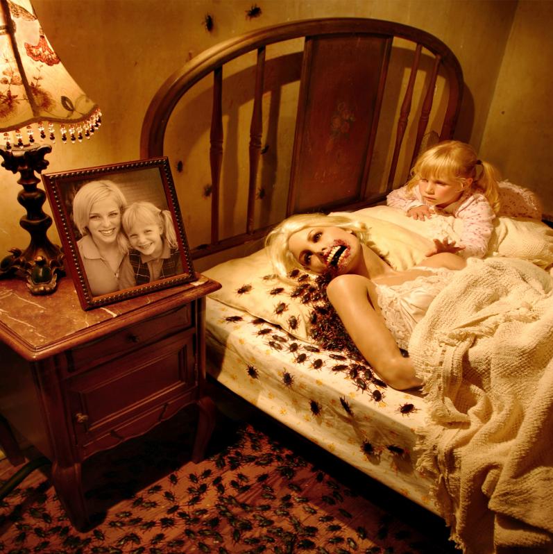 Este fotógrafo convirtió a sus hijas en protagonistas de películas de terror 06