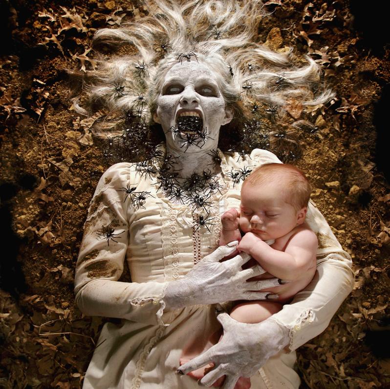 Este fotógrafo convirtió a sus hijas en protagonistas de películas de terror 08