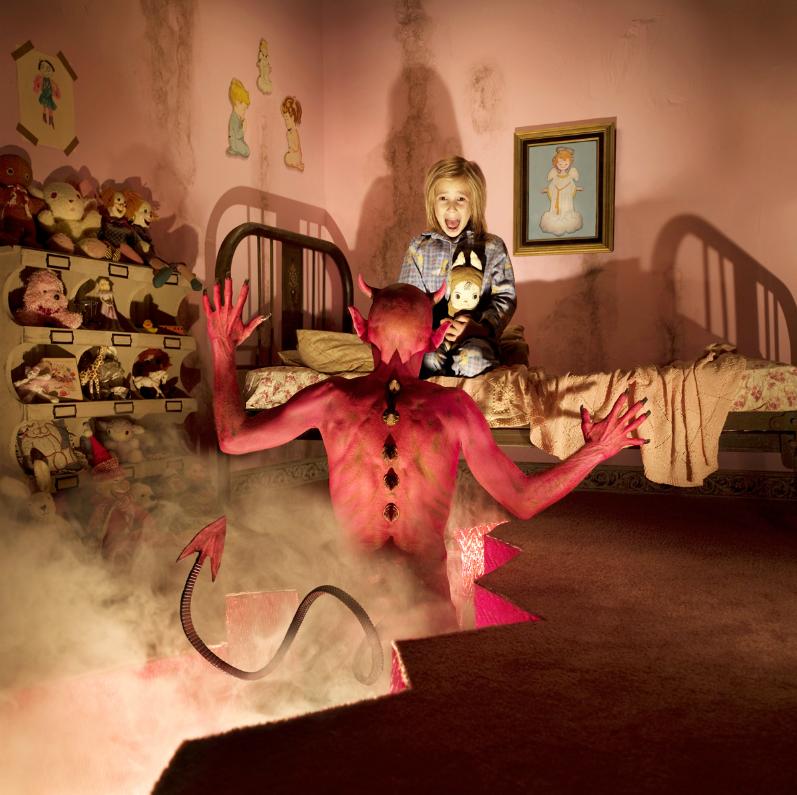 Este fotógrafo convirtió a sus hijas en protagonistas de películas de terror 09