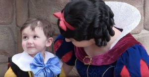 Niño autista de 2 años se enamoró de Blanca Nieves a primera vista