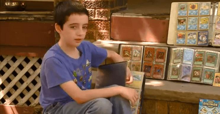 Este oficial repuso las tarjetas de Pokémon que le habían robado a este niño con las de su propia colección 01