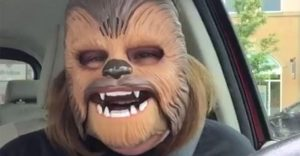 La felicidad máxima plasmada en una máscara de Chewbacca