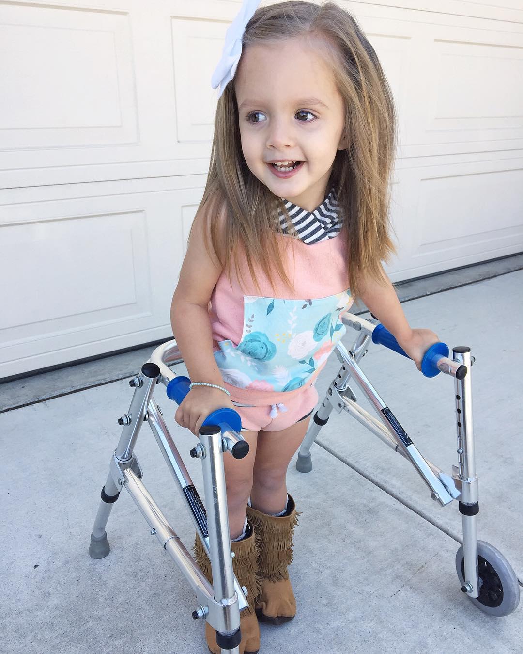 Marca de ropa de las Kardashian publica foto de una niña con parálisis cerebral y miren lo que pasó 02