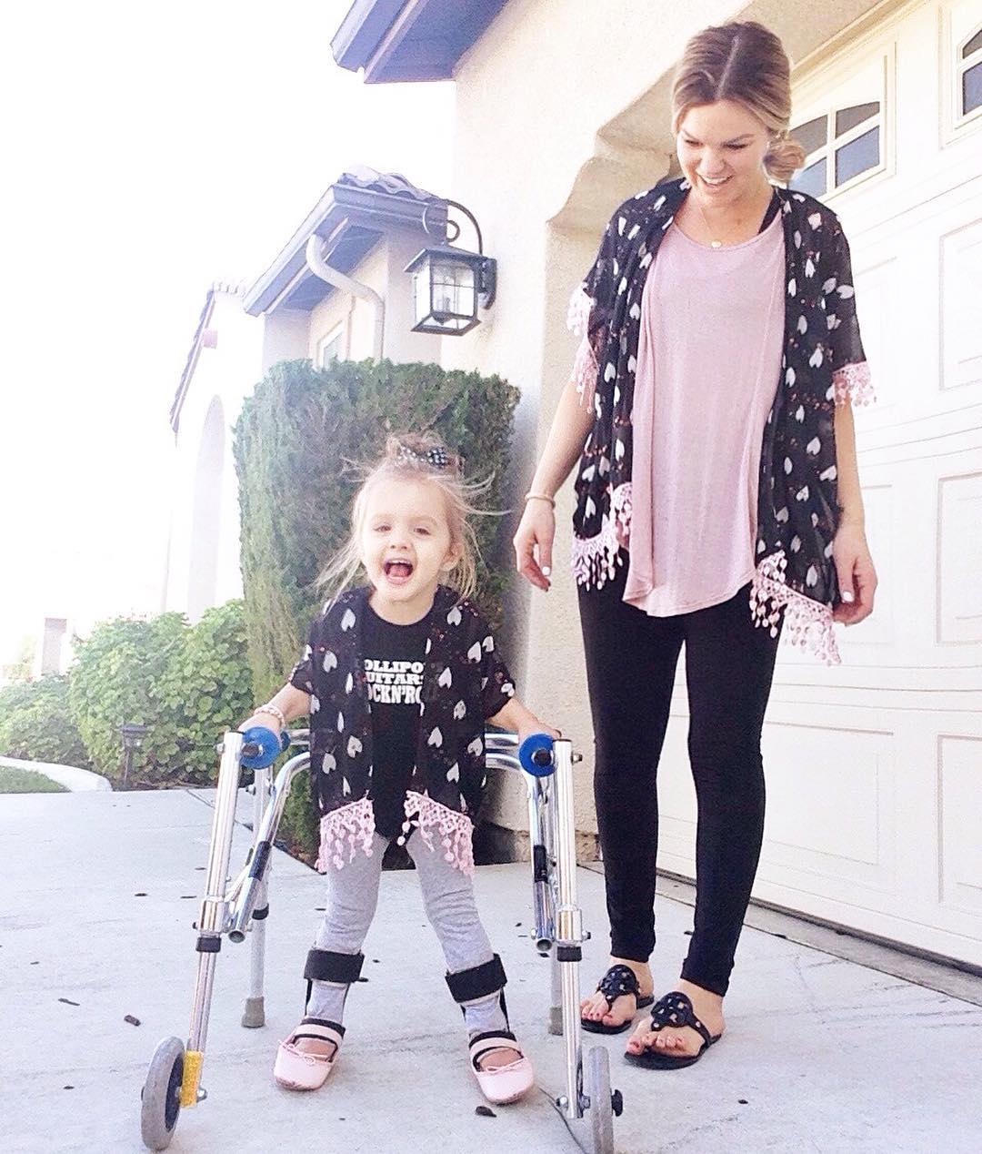 Marca de ropa de las Kardashian publica foto de una niña con parálisis cerebral y miren lo que pasó 04