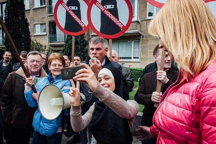 Musulmana deja en ridículo a manifestantes antiislámicos 1