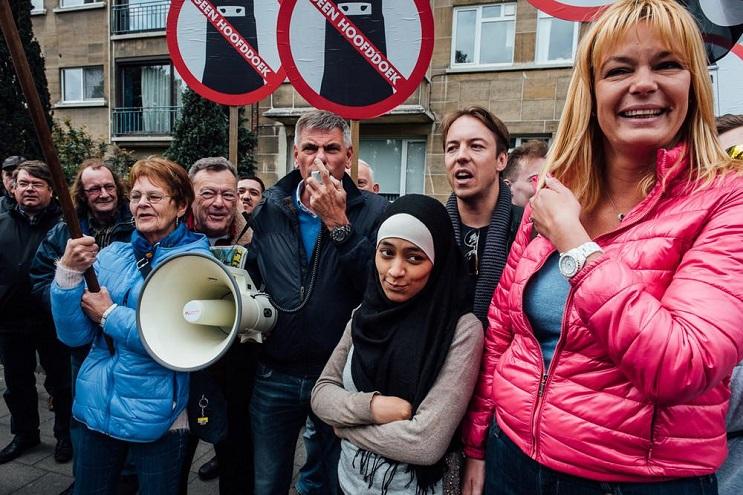 Musulmana deja en ridículo a manifestantes antiislámicos 2