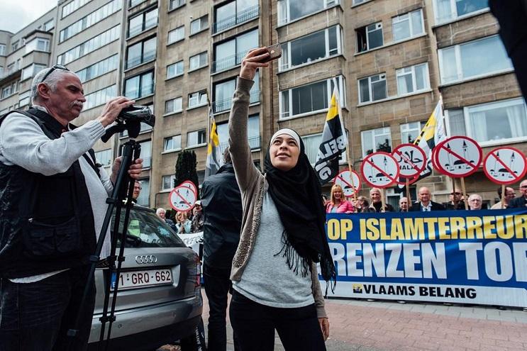 Musulmana deja en ridículo a manifestantes antiislámicos 3