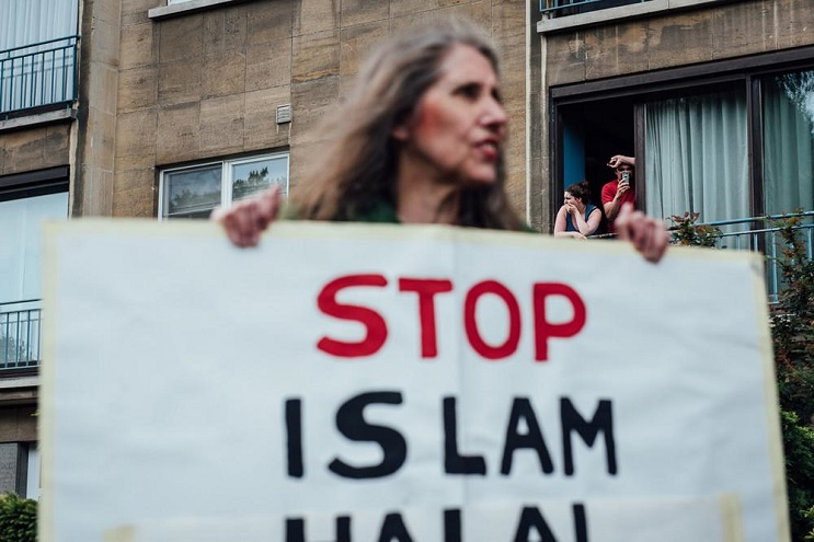Musulmana deja en ridículo a manifestantes antiislámicos