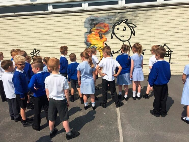 Banksy crea su propia invitación para un colegio que lleva su nombre 03