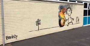 Banksy crea su propia invitación para un colegio que lleva su nombre