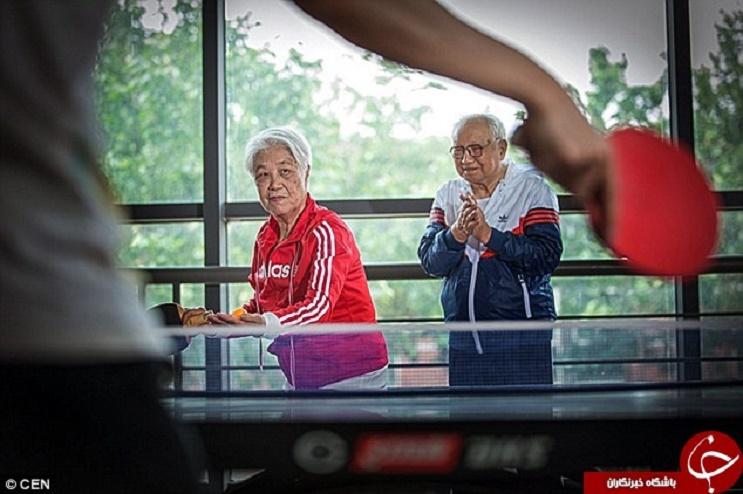 image Pareja de ancianos y jóvenes compartiendo