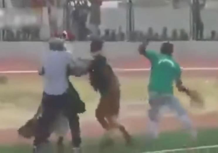 Dos chamanes se enfrentan a golpes minutos antes de un partido de fútbol en Ghana 1