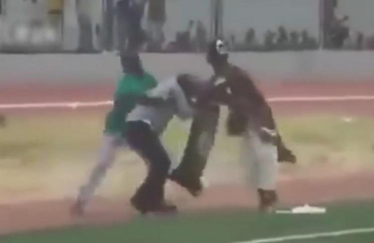 Dos chamanes se enfrentan a golpes minutos antes de un partido de fútbol en Ghana 2