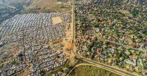 El impactante límite entre ser rico y pobre en África