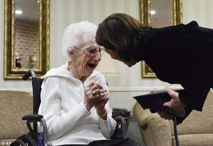 Esta anciana recibió su título escolar a los 97 años. Nunca es tarde seguir tus sueños 03