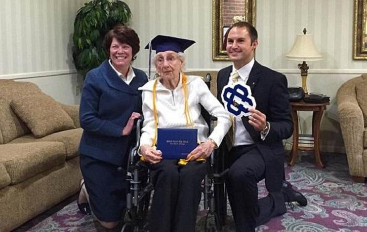 Esta anciana recibió su título escolar a los 97 años. Nunca es tarde seguir tus sueños 04