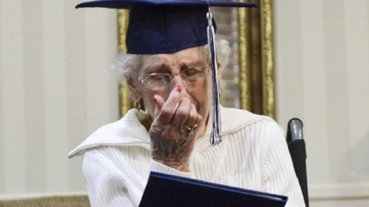 Esta anciana recibió su título escolar a los 97 años. Nunca es tarde seguir tus sueños 05