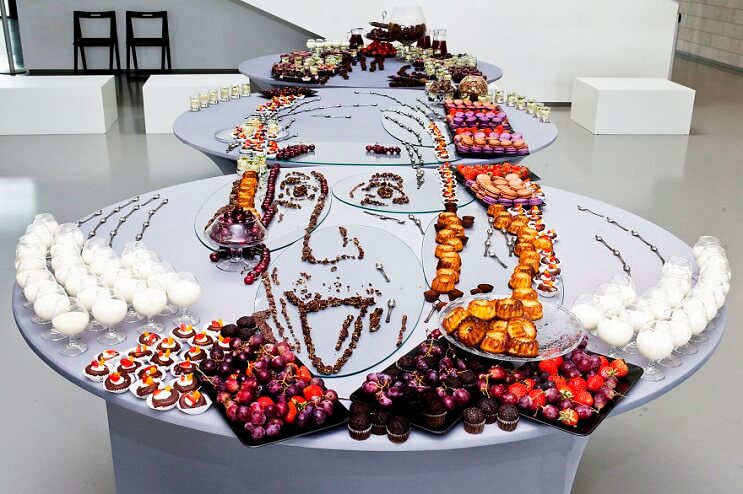 Esta forma de presentar comida muestra a personajes desde un solo ángulo 01