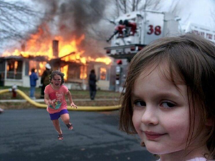 Esta niña escapa de este pavo real y los cibernautas se encargaron de hacer lo suyo 11