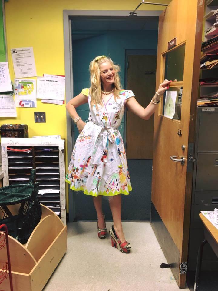 Esta profesora dejó que sus alumnos firmen su vestido por el fin del año escolar 01