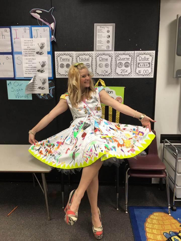 Esta profesora dejó que sus alumnos firmen su vestido por el fin del año escolar 02