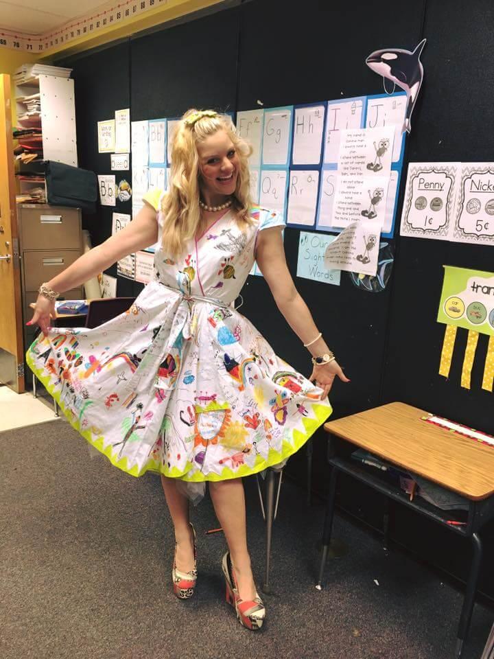 Esta profesora dejó que sus alumnos firmen su vestido por el fin del año escolar 06