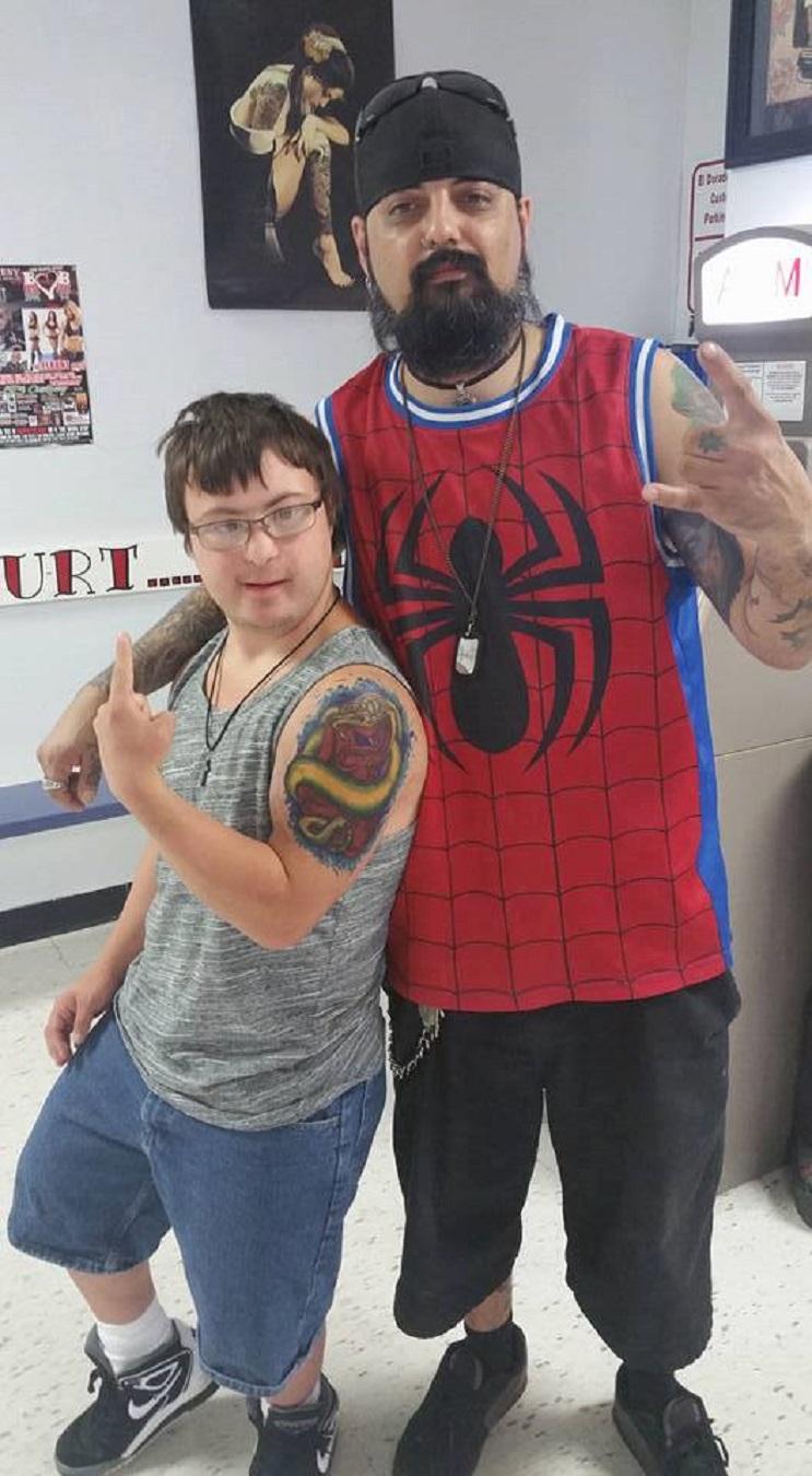 Este artista del tatuaje le dio la oportunidad a un joven con síndrome de down de hacerse uno 02