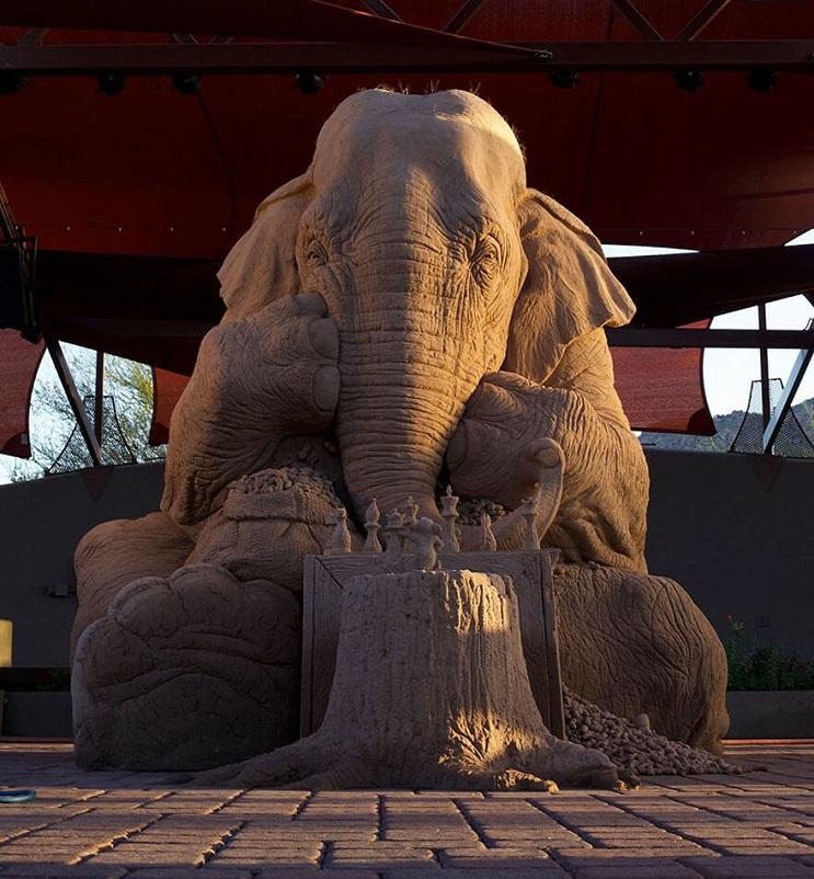 Este elefante de arena jugando ajedrez con un ratón ha causado sensación 01