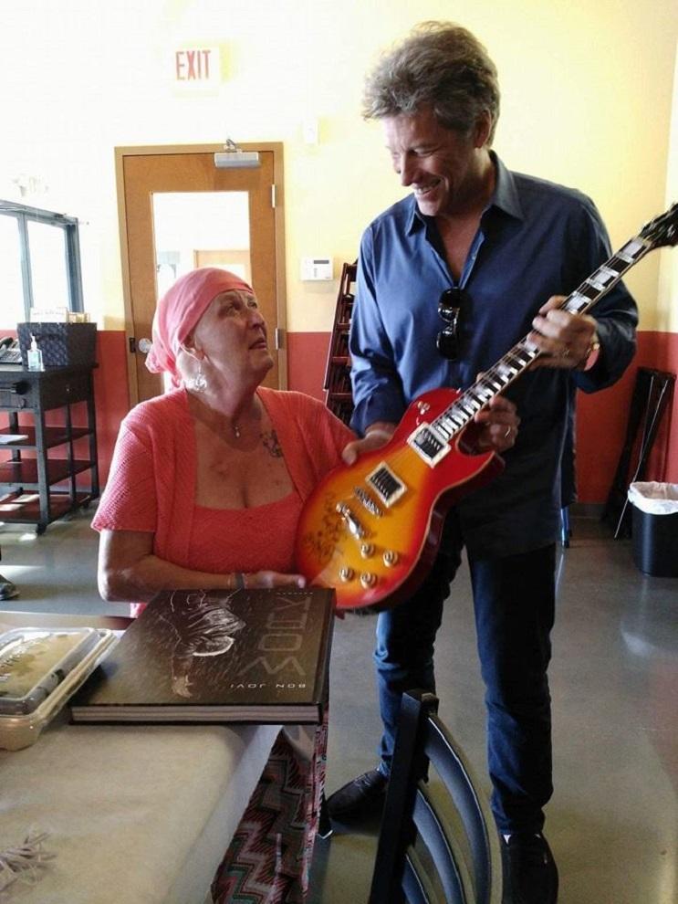 Este es el emotivo encuentro entre una paciente de cáncer y el músico Bon Jovi 1