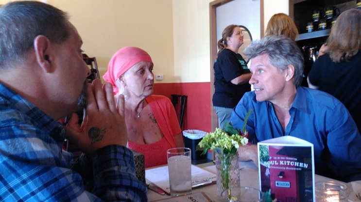 Este es el emotivo encuentro entre una paciente de cáncer y el músico Bon Jovi 2.1