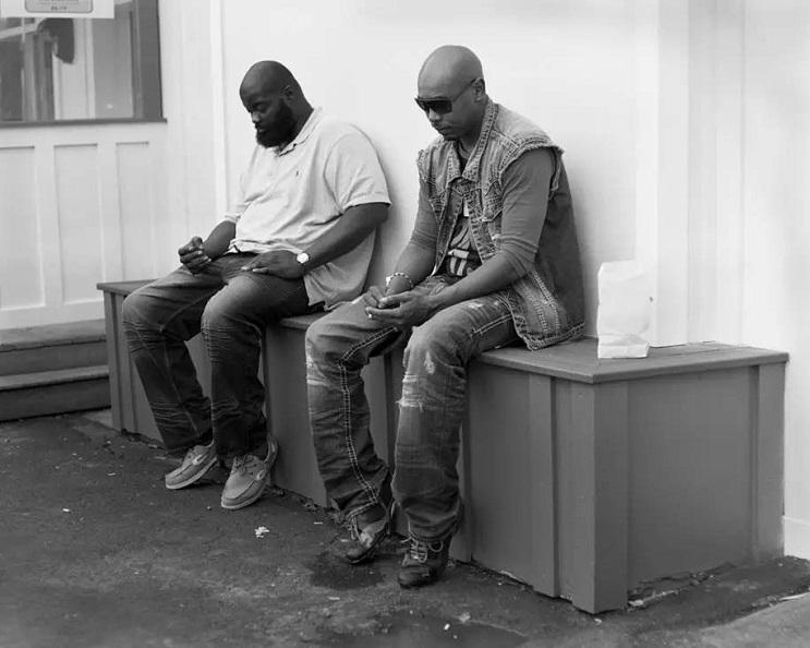 Este fotógrafo eliminó los smartphones de distintas fotos para mostrarnos una cruda realidad 08