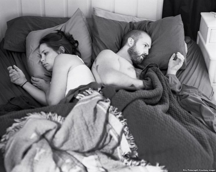 Este fotógrafo eliminó los smartphones de distintas fotos para mostrarnos una cruda realidad 09