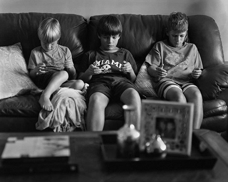 Este fotógrafo eliminó los smartphones de distintas fotos para mostrarnos una cruda realidad 10