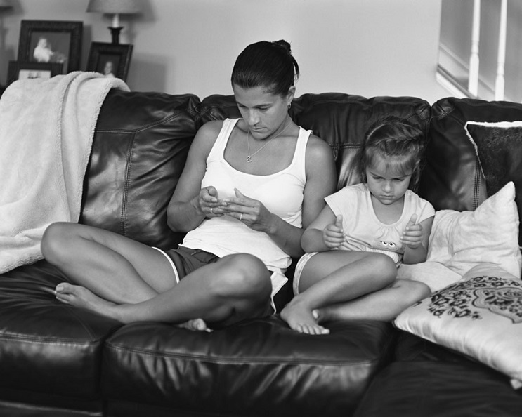 Este fotógrafo eliminó los smartphones de distintas fotos para mostrarnos una cruda realidad 16