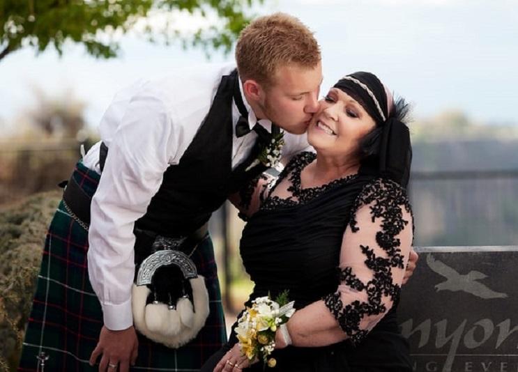 Este joven fue al baile de graduación con su madre, la razón te romperá el corazón 04