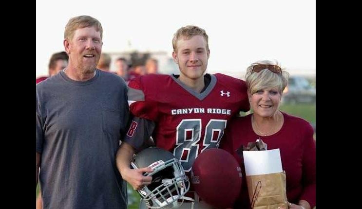 Este joven fue al baile de graduación con su madre, la razón te romperá el corazón 08