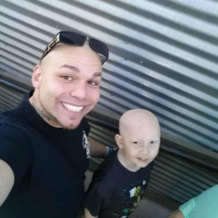 Este padre se tatuó una cicatriz como la que tiene su hijo en la cabeza para apoyarlo en un difícil momento 02