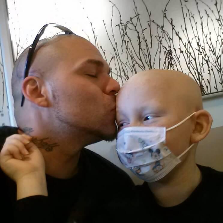 Este padre se tatuó una cicatriz como la que tiene su hijo en la cabeza para apoyarlo en un difícil momento 03