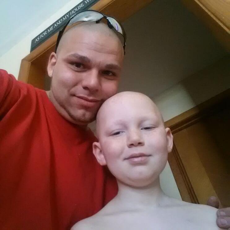 Este padre se tatuó una cicatriz como la que tiene su hijo en la cabeza para apoyarlo en un difícil momento 05