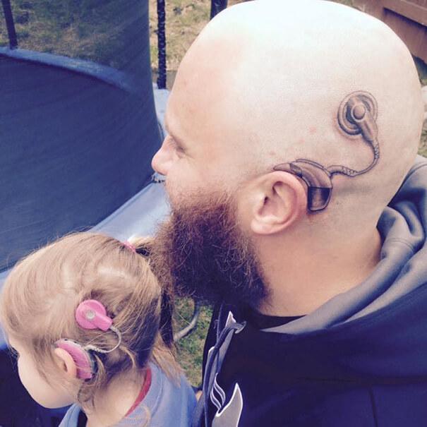 Este padre se tatuó una cicatriz como la que tiene su hijo en la cabeza para apoyarlo en un difícil momento 07