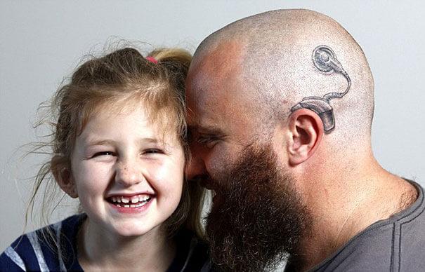 Este padre se tatuó una cicatriz como la que tiene su hijo en la cabeza para apoyarlo en un difícil momento 08